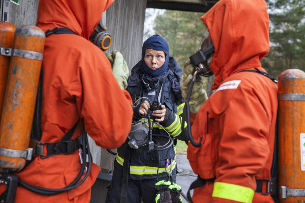 Brandmän pratar inför rökdykning