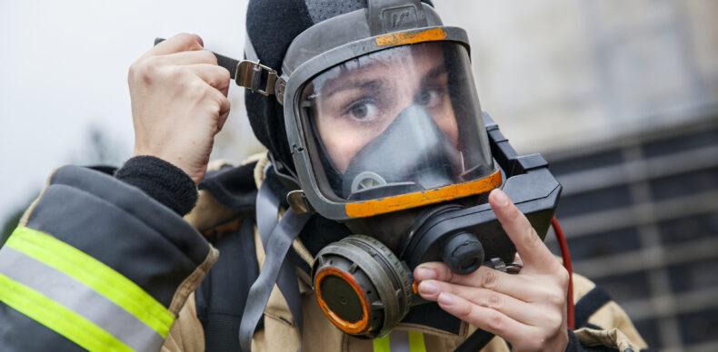 Brandman tar på dykhjälm